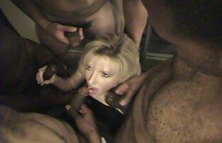 Slut ha stanco di masturbazione con la mano porno italiano anni 80